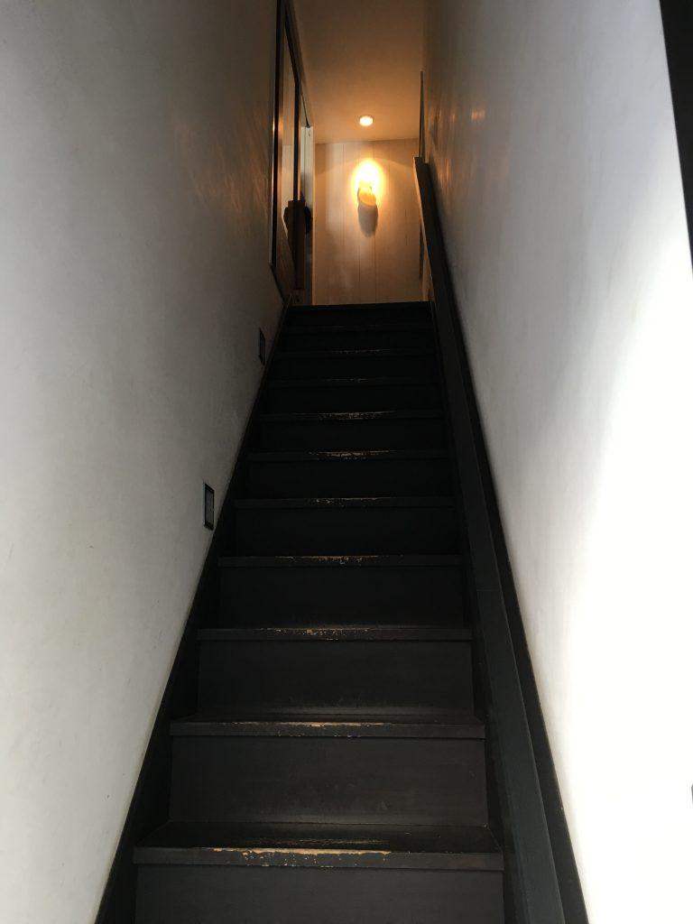 お店への階段